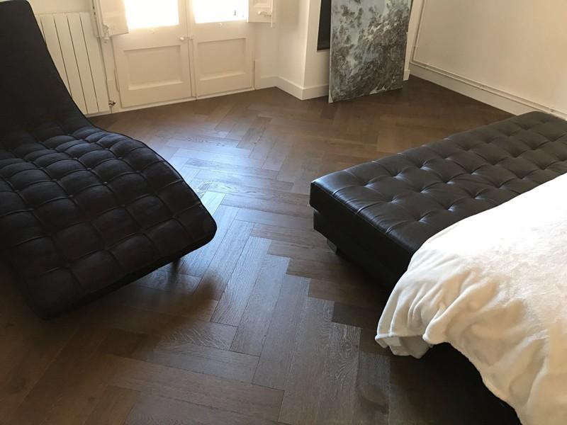 colocación de suelo en espiga en el dormitorio